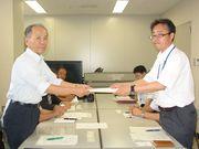 要請書を手渡す山田議長(左)