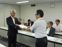 要請書を手渡す志賀東海地協議長(奥)