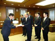 要望書を手渡す山田執行委員長(左)