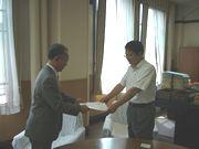 副知事へ要請書を渡す山田執行委員長(左)