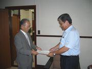 副市長へ要請書を渡す山田執行委員長(左)