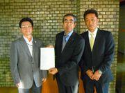 11月15日、請願書を提出する山田議員(左)と服部支部長(中)と梶浦副支部長(右)