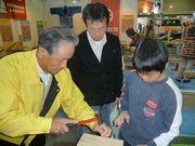 親子に熱心な指導をする役員(左)