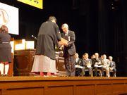 市長から表彰を受ける川西さん(右)