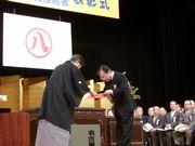 市長から表彰を受ける水野さん(右)
