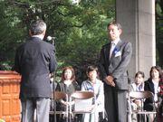 表彰式での柴田さん(右)