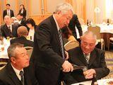 祝賀会で表彰者を労う大澤執行委員長
