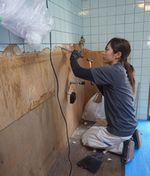 古いキッチンがあった壁のタイルはがしの作業.JPG