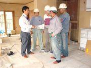 コンクールに応募予定の建築現場で、職人さんに作業の指示をする、冬頭さん(左)